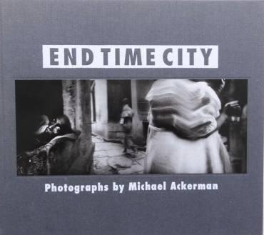 "Sara Munari legge ""End Time City"" di Micheal Ackerman"
